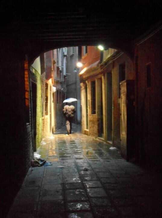 dans une ruelle de venise sous la pluie