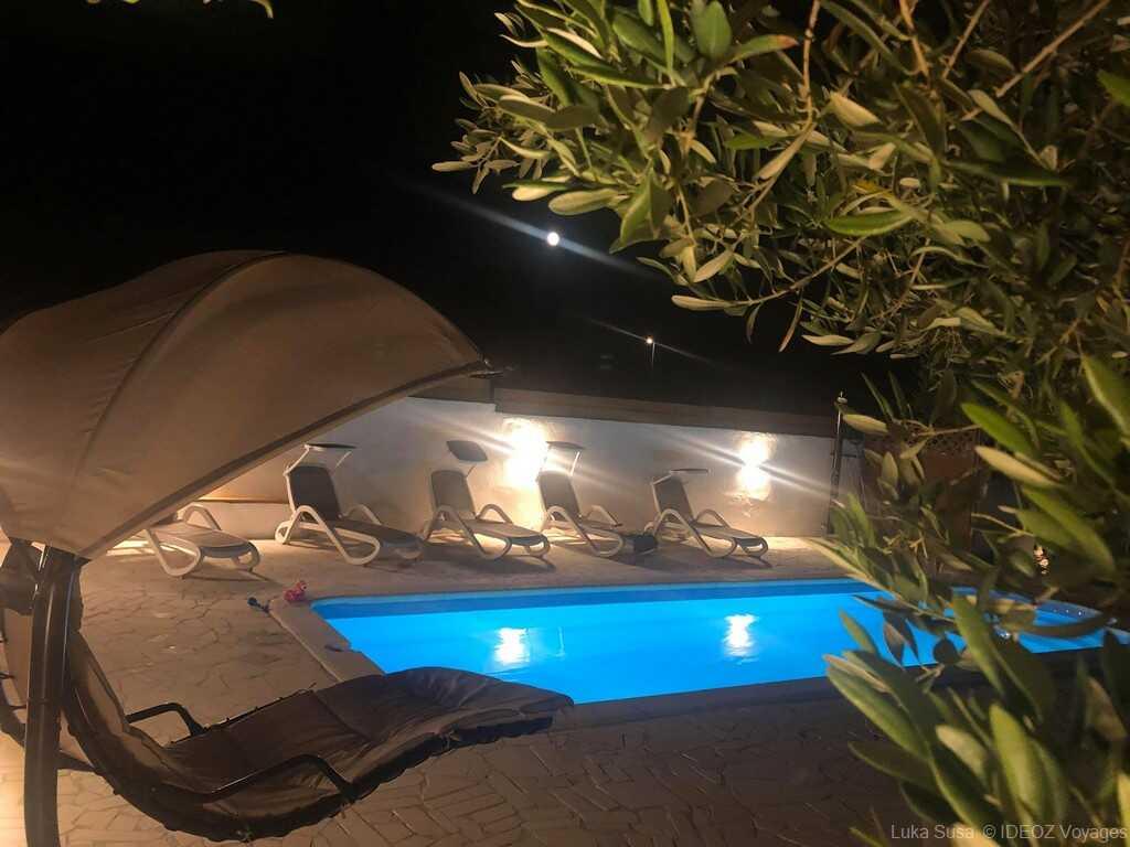 piscine des appartements Luka à Vrana de nuit