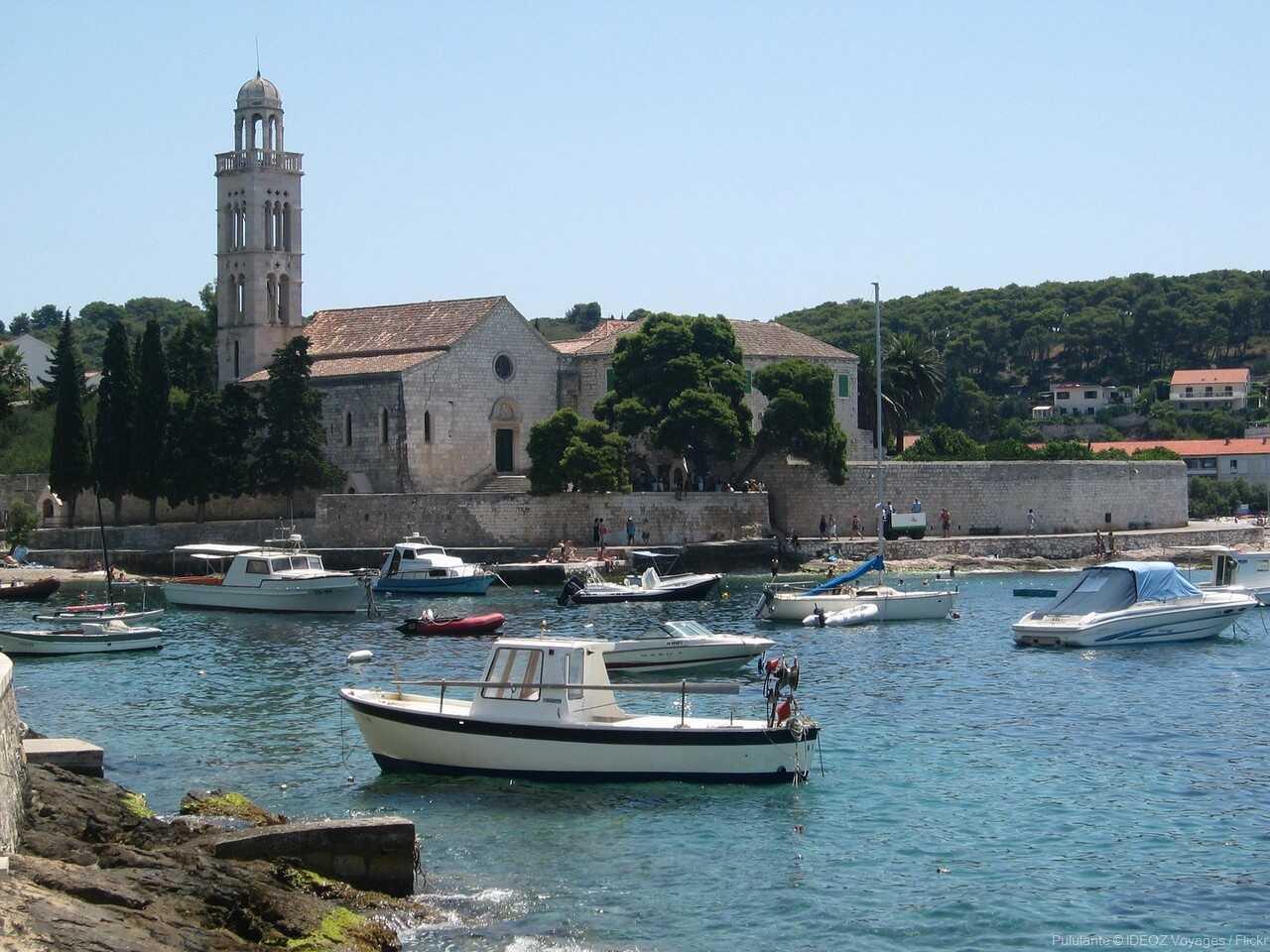 église et barques dans le port de hvar