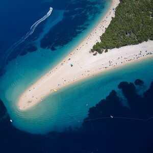 zlatni rat corne d'or plage sur l'île de brac en croatie
