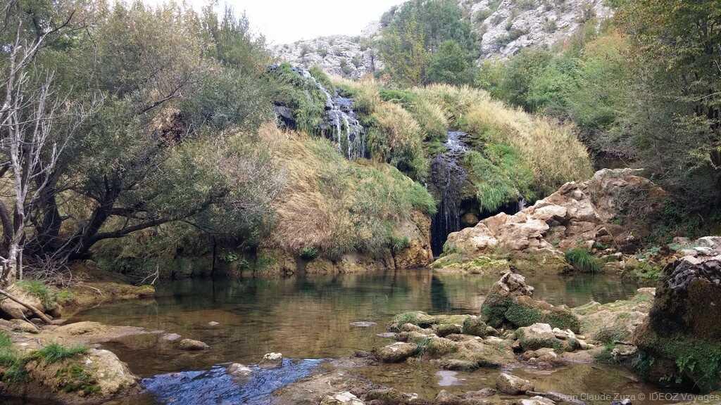 chute et ruisseau dans la rivière krupa