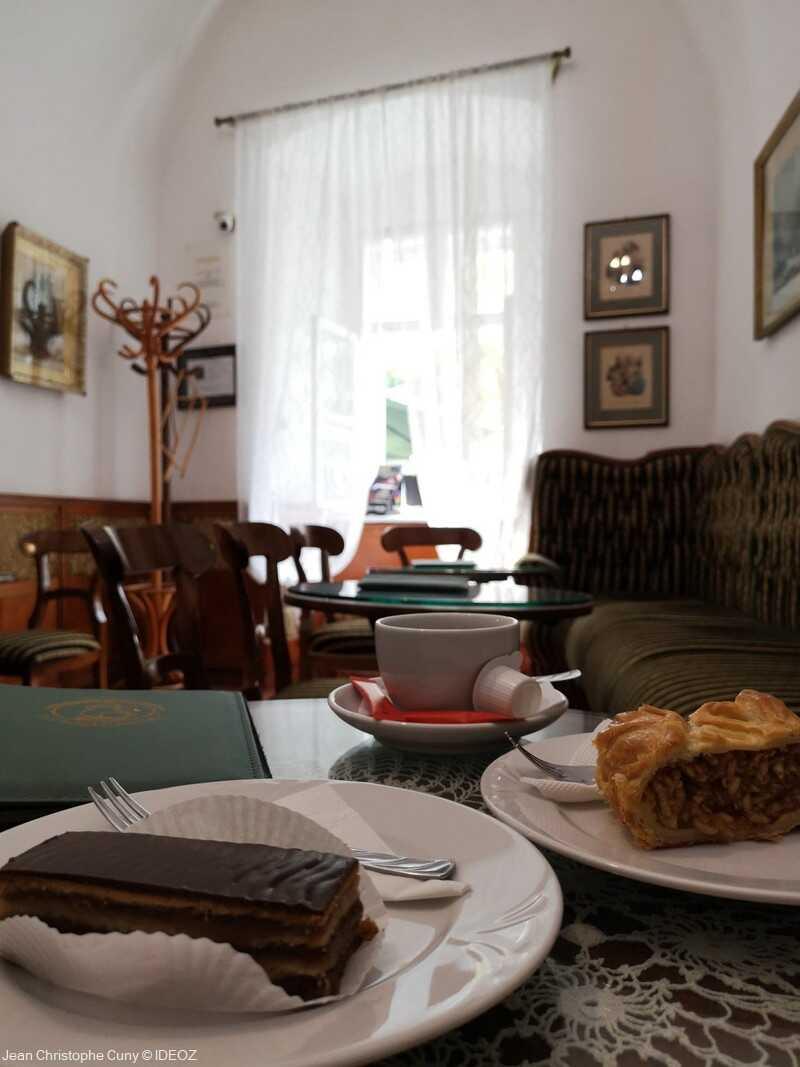 dégustation de pâtisseries dans le salon de thé Ruzswurm alapitva budapest