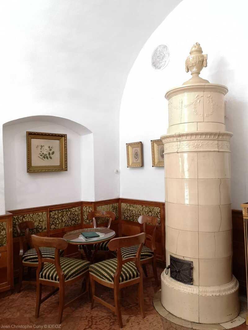 intérieur du salon de thé Ruzswurm dans le quartier du château à budapest