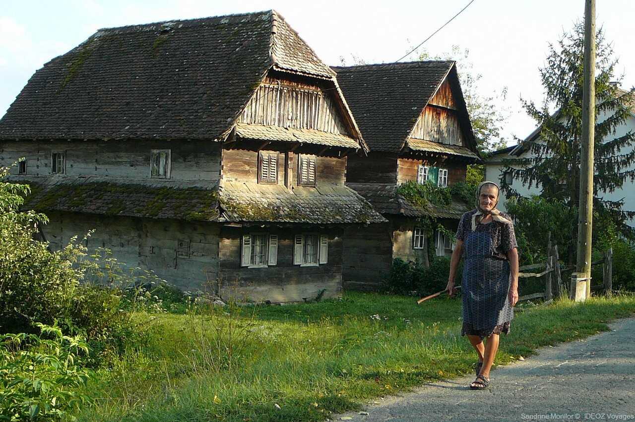 ida maisons traditionnelles à l'entrée de cigoc dans le parc naturel de lonjsko polje en croatie