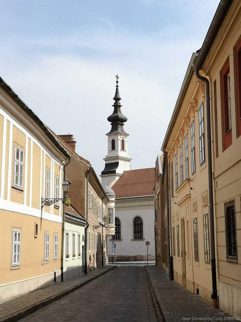 Budai Várnegyed ruelle et clocher dans le quartier de buda près du château