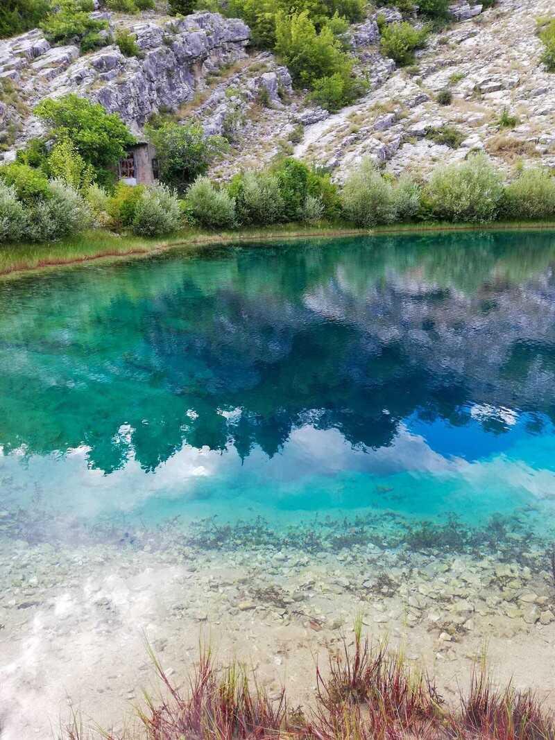 source de la rivière cetina eau turquoise et verte à Izvor cetine