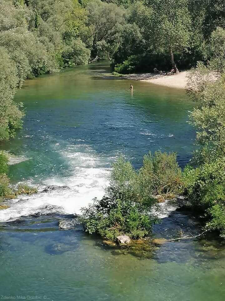 baignade dans la rivière cetina à Blato na cetini