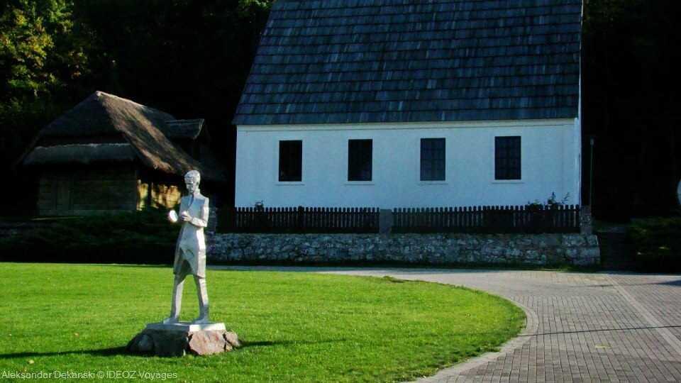 statue de nikola tesla au mémorial de smiljan