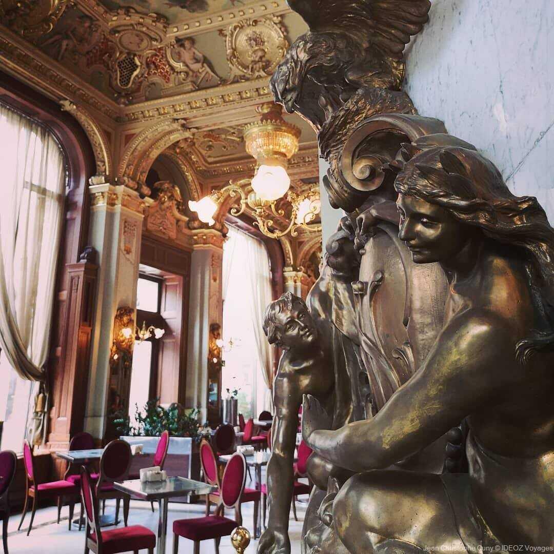 décoration et statute dans le café new york à Budapest
