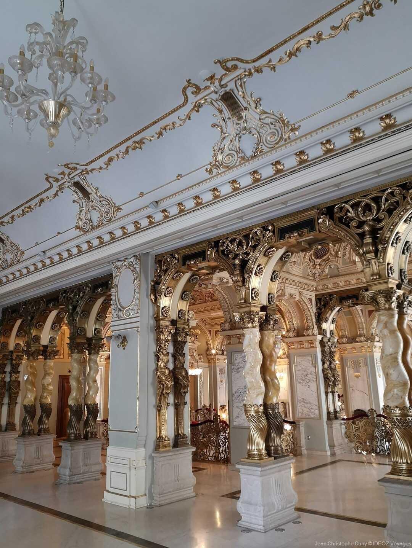 magnifiques colonnes dans un des salons du café new york à budapest