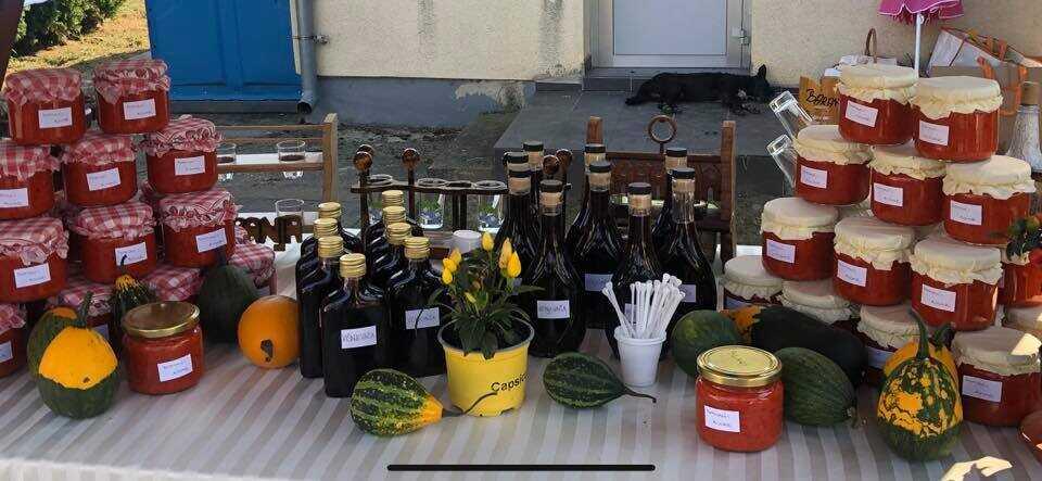 OPG Varga Tatjana pots de ajvar sur le marché artisanal lors de la fête des pêcheurs de Kopacevo