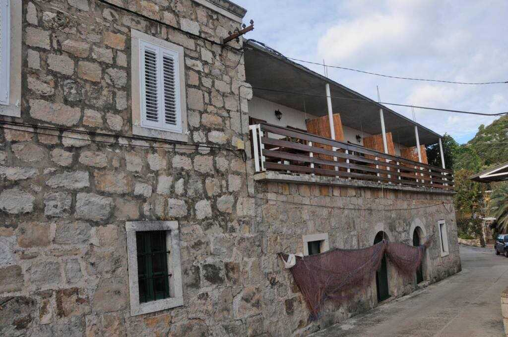 façade ornée de filets de pêche chez la famille cumbelic à Kozarica