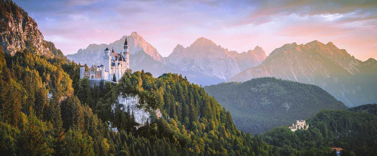 chateau neuschwanstein dans le schwangau sur son éperon rocheux