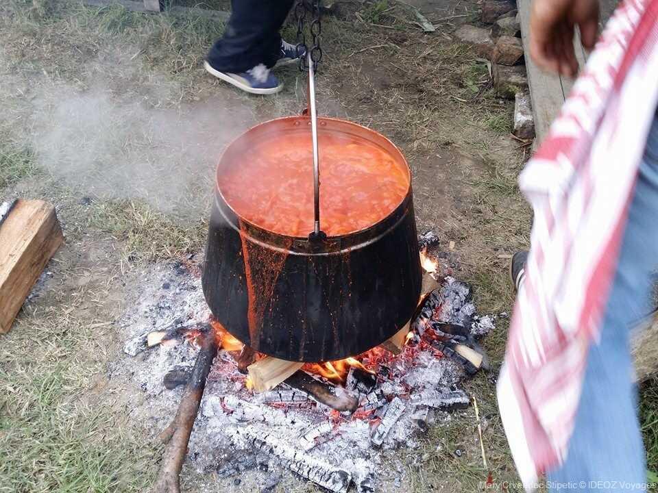 Préparation de la fis paprikas bouillabaisse de slavonie cuisant dans un chaudron
