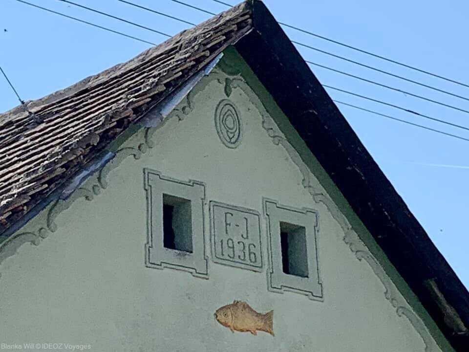 ornement d'un poisson sur une façade d'une maison traditionnelle à kopacevo