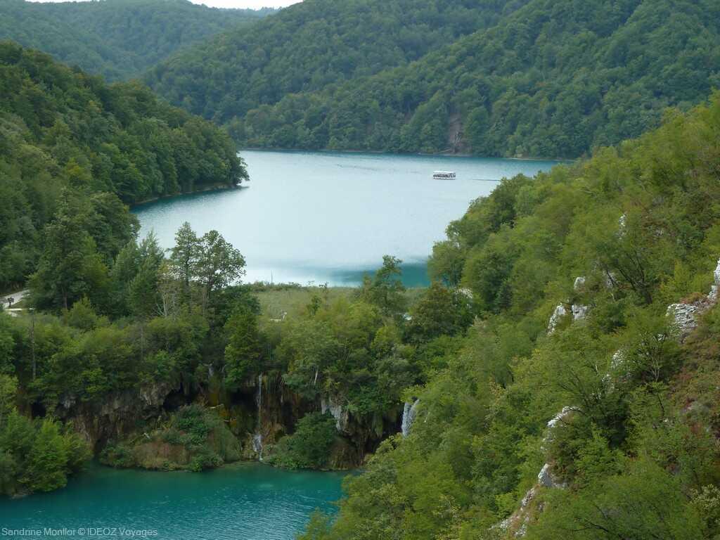 lacs inférieurs et vue sur le lac Kozjak à Plitvice