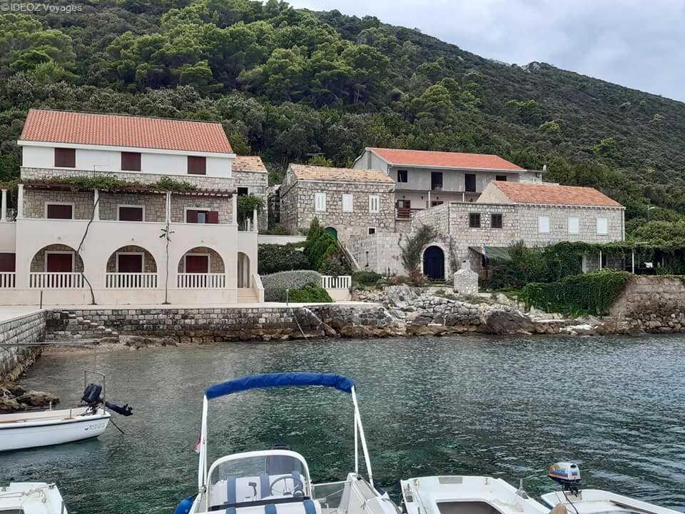 maisons de pierre dalmate dans le village de kozarica