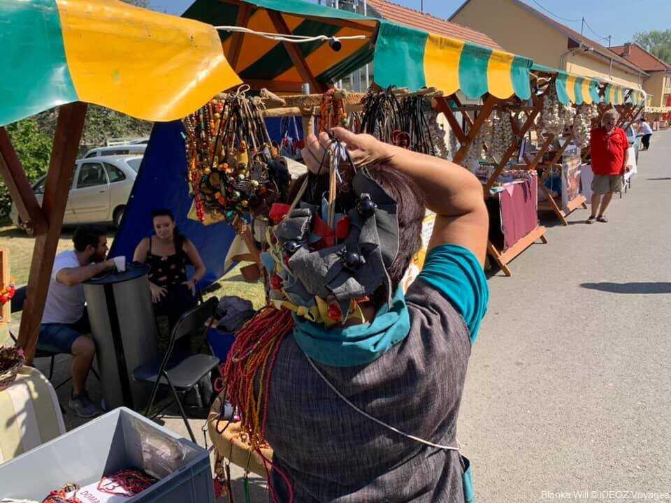 marchands du marché artisanal de Kopacevo lors des journées des pêcheurs