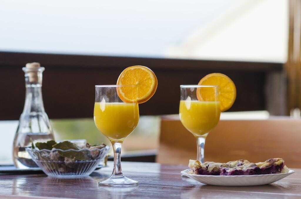 part de gâteau à la prune figues séchées et jus d'orange