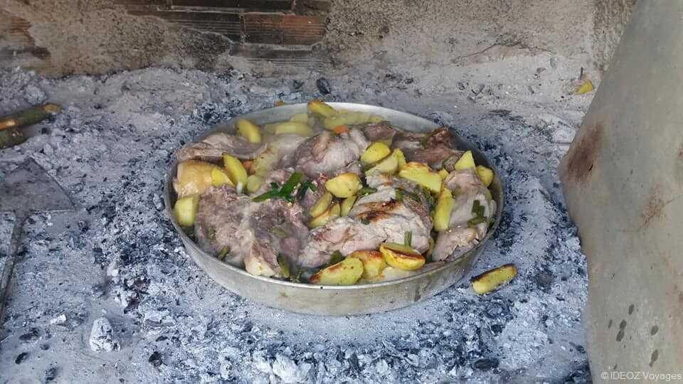 peka de veau à la dalmate spécialité de dalmatie avec cuisson sous la cloche chez la famille Cumbelic à Kozarica