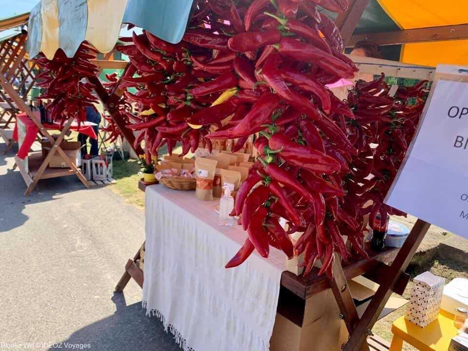 poivrons séchés sur le marché artisanal de kopacevo lors de la fête des poissons