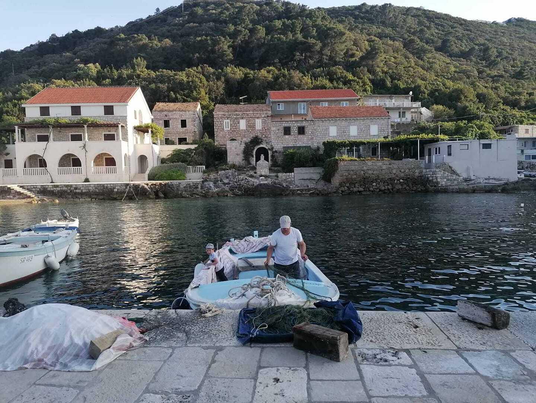 Préparatifs pour partir à la pêche à kozarica sur l'île de mljet