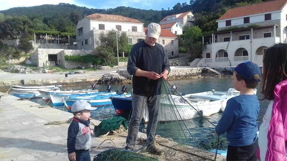 préparation des filets de pêche en famille chez les cumbelic à kozarica