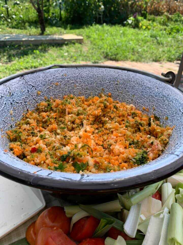 préparation des légumes pour la soupe traditionnelle en slavonie