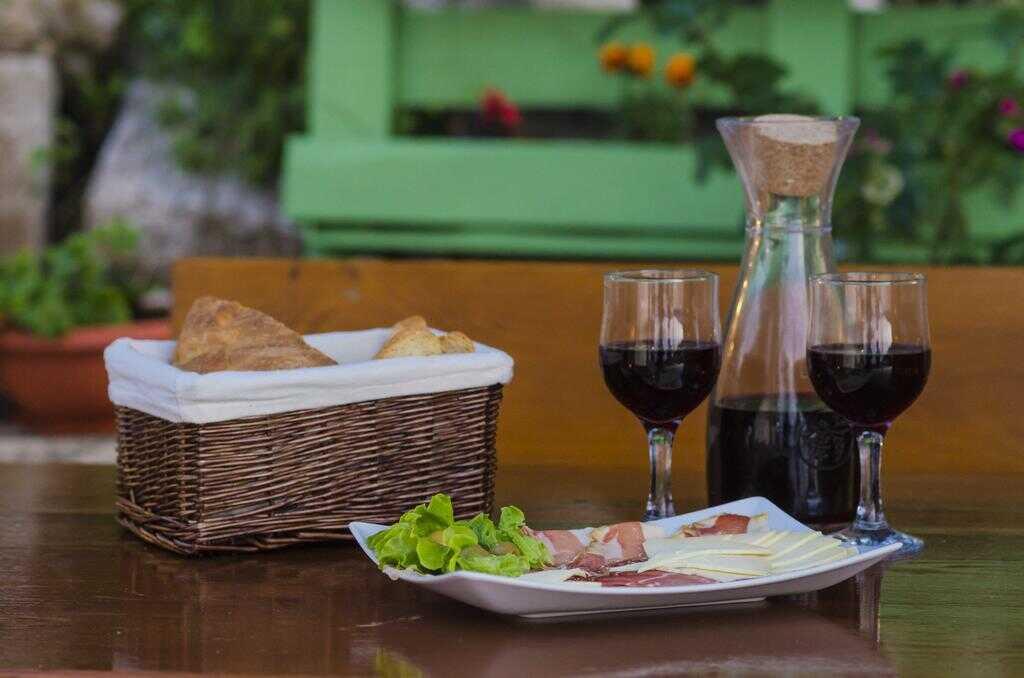 prsut fromage et vin rouge dalmate