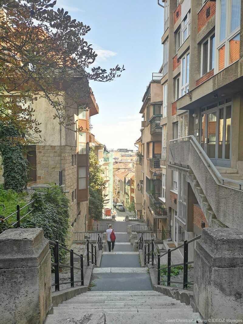 rue et escaliers dans le quartier du château à budapest