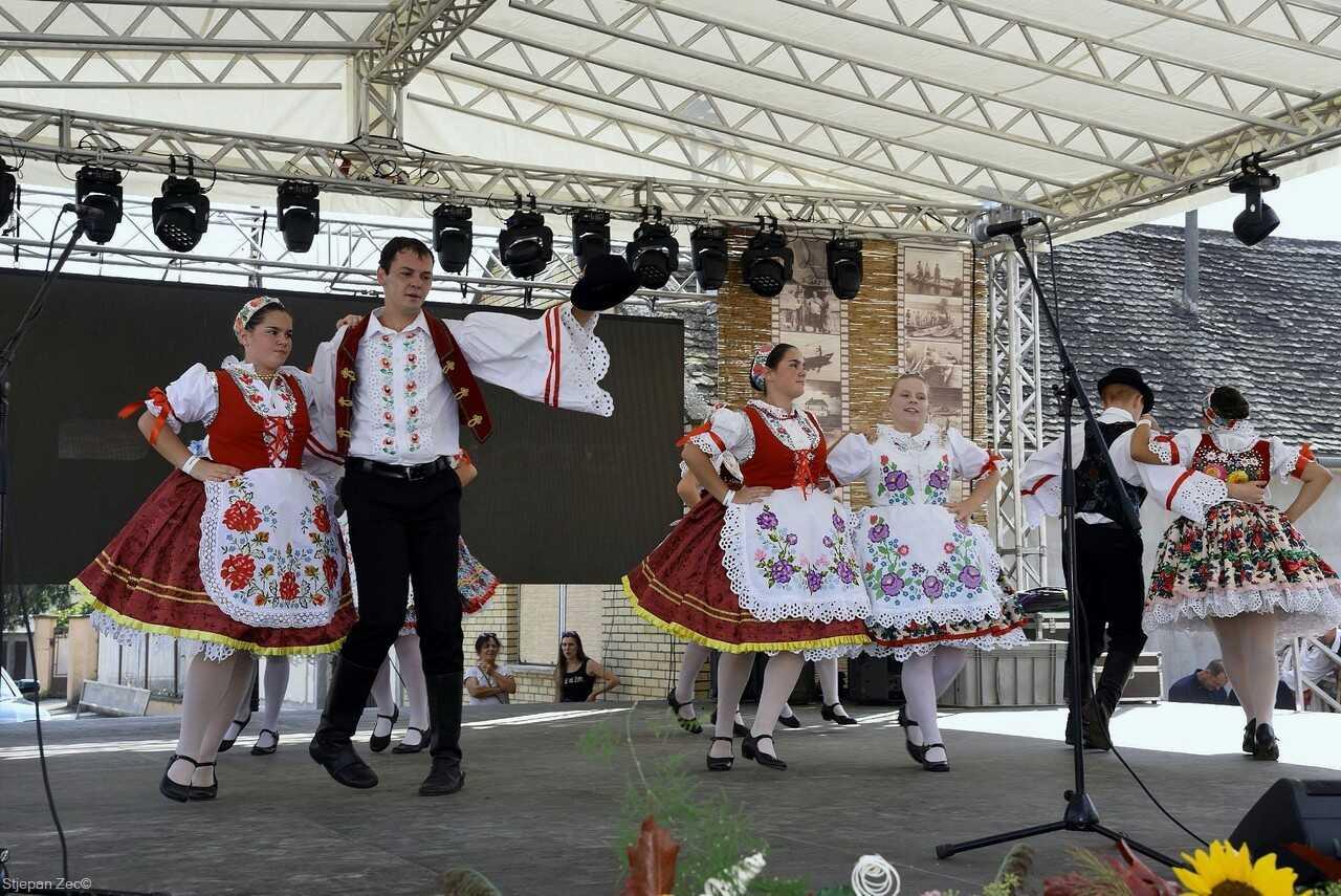 spectacle folklorique en Slavonie à Kopacevo lors des ribarski dani