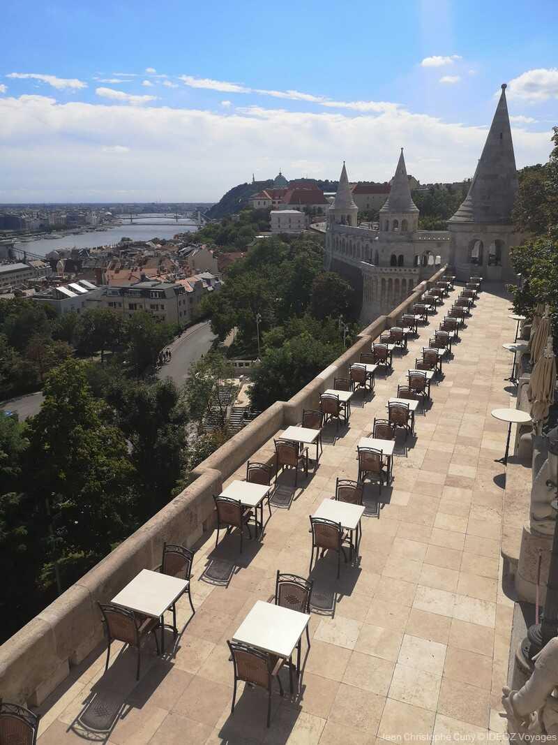 terrasse de café vide au bastion des pêcheurs à Budapest