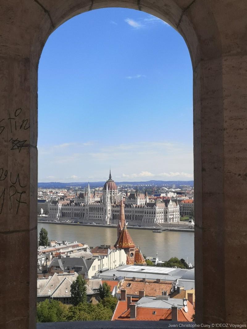 vue du parlement de Hongrie depuis le bastion des pêcheurs
