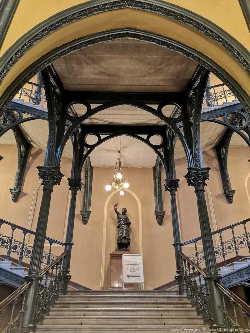 nouvel hôtel de ville de budapest escalier et statue