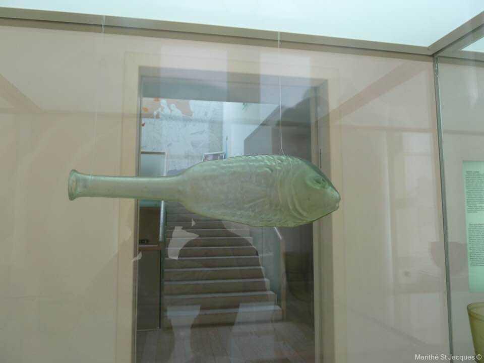 bouteille en verre en forme de poisson au musée du verre de zadar