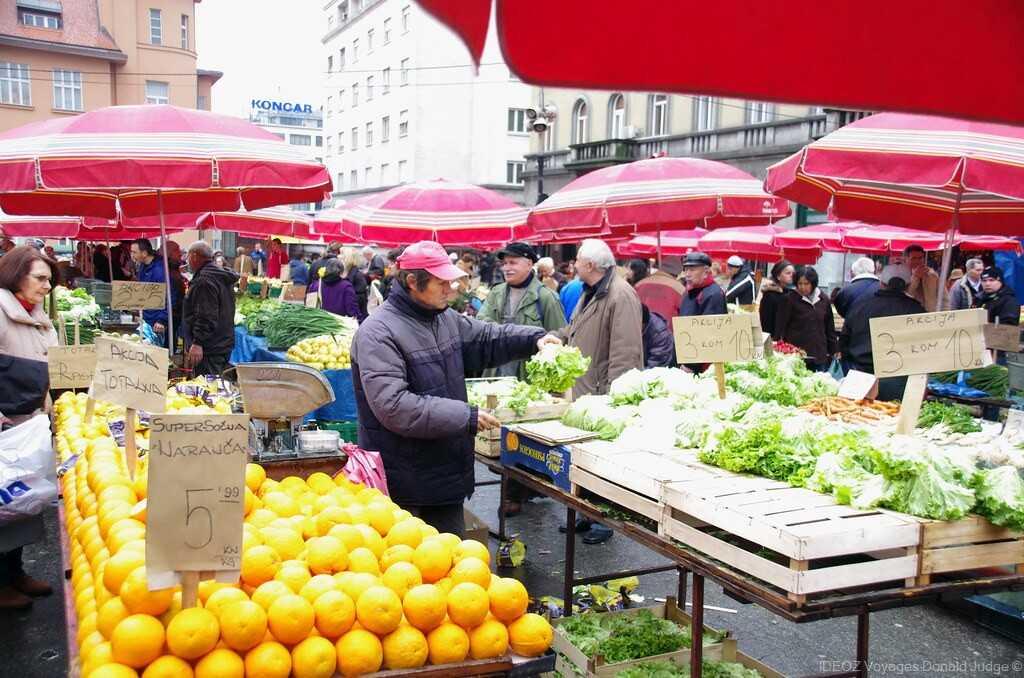étals de fruits et légumes sur l'esplanade de dolac lors du marché de plein air de zagreb
