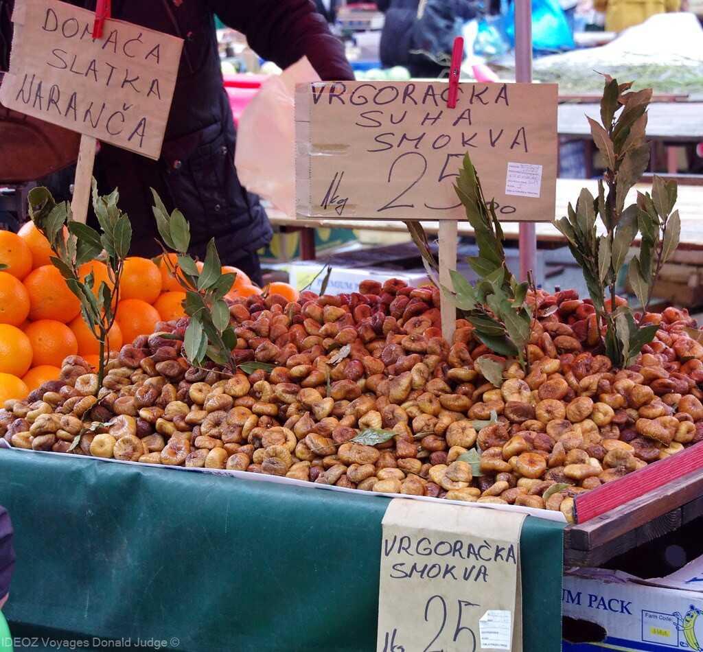 figues et oranges sur le marché de dolac