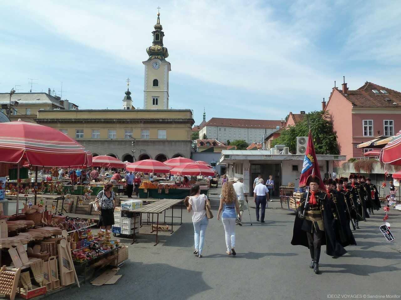 gardes du régiment des cravates traversant l'esplanade de dolac à Zagreb lors du marché