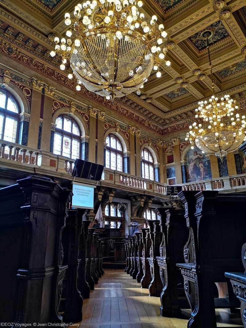 lustres de la salle du conseil du nouvel hôtel de ville à Budapest
