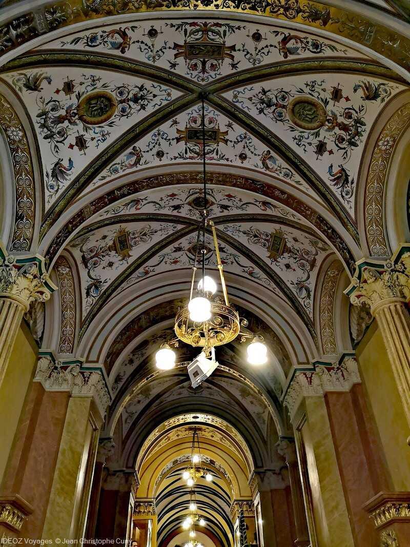 lustres et plafonds décorés à l'hotel de ville de budapest