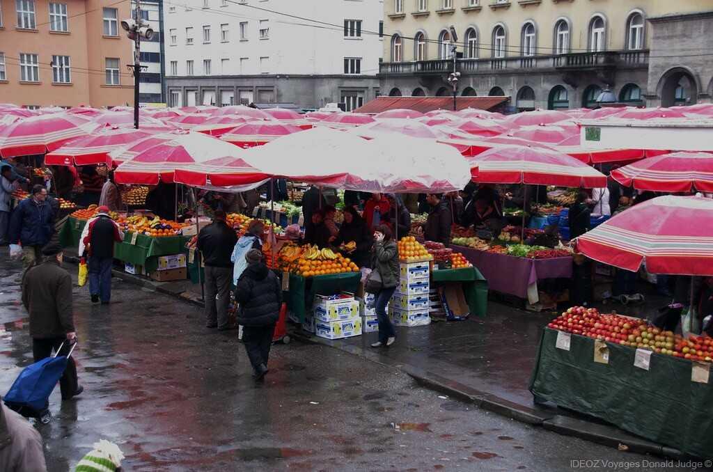 marché de dolac sous la pluie