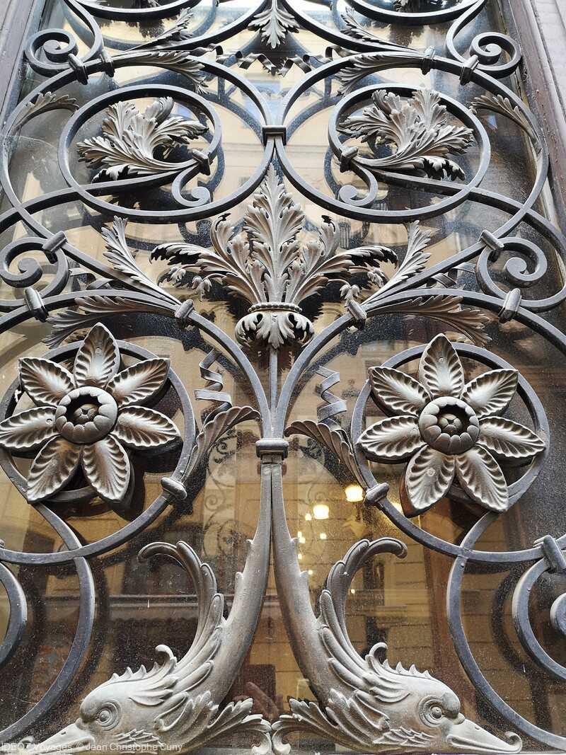 motifs de ferronnerie sur une porte de l'hôtel de ville de Budapest