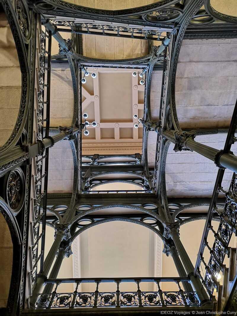 perspective sur l'escalier du nouvel hôtel de ville de budapest