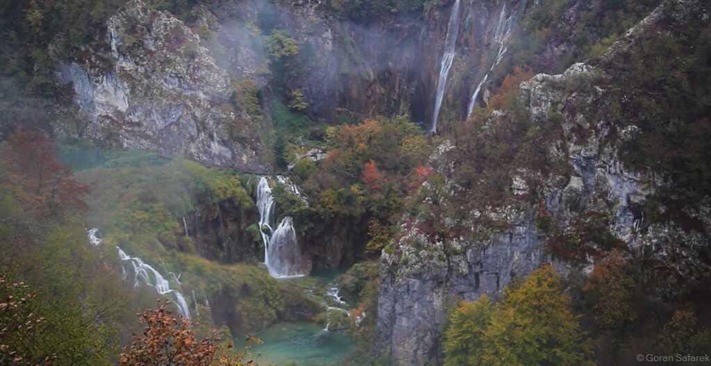 grande cascade et chutes des lacs inférieurs à plitvice en octobre