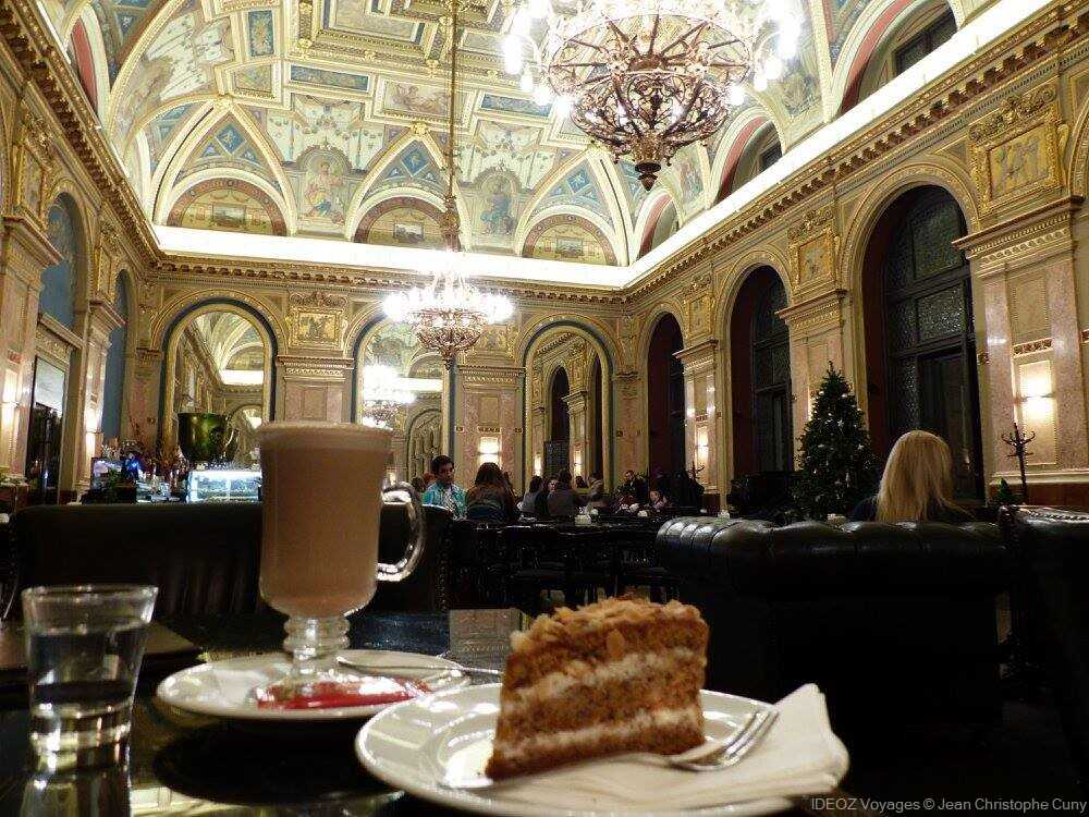 Goûter et gâteau au café Parisi à Budapest