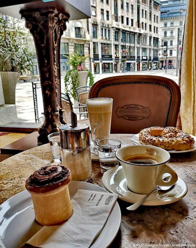 goûter au café gerbeaud au centre de budapest brioche et café