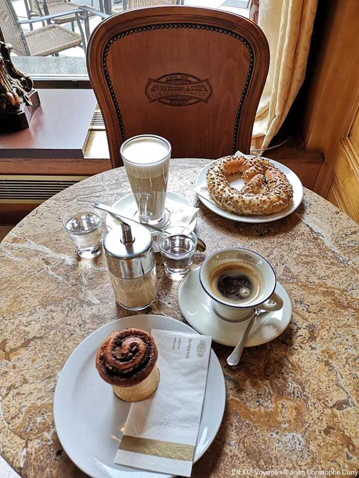 gerbeaud café budapest  café et bretzel au petit-déjeuner