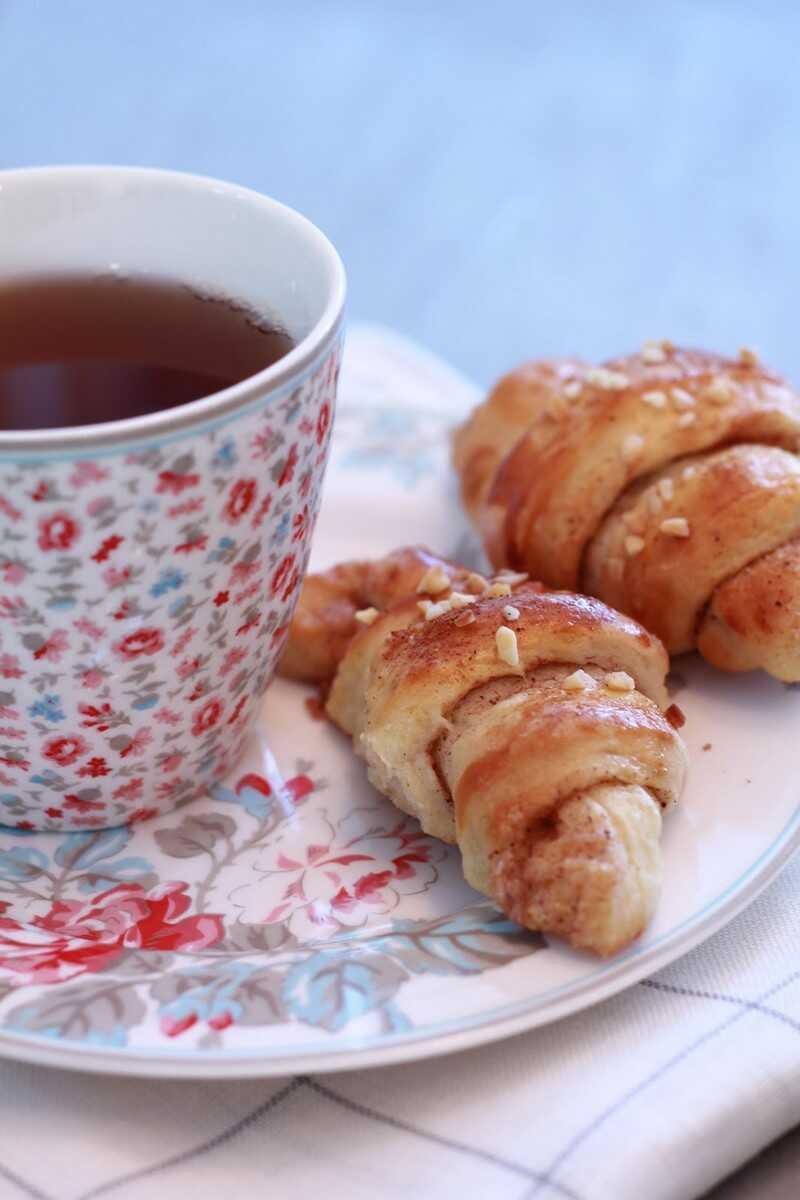 Kannelsnurrer au goûter avec du thé