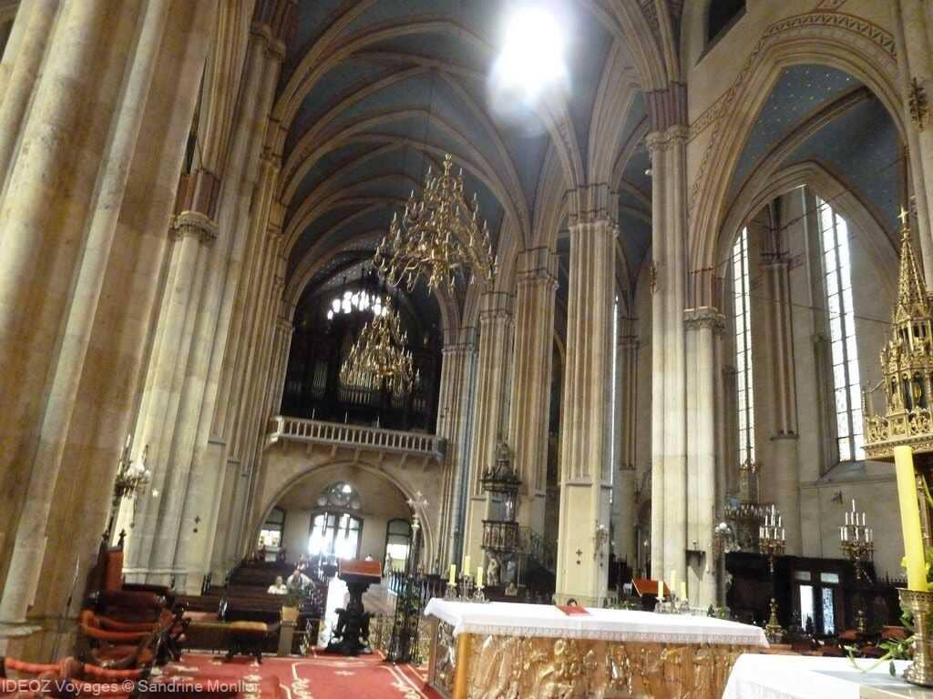 nef de la cathédrale saint stéphane de zagreb depuis le choeur