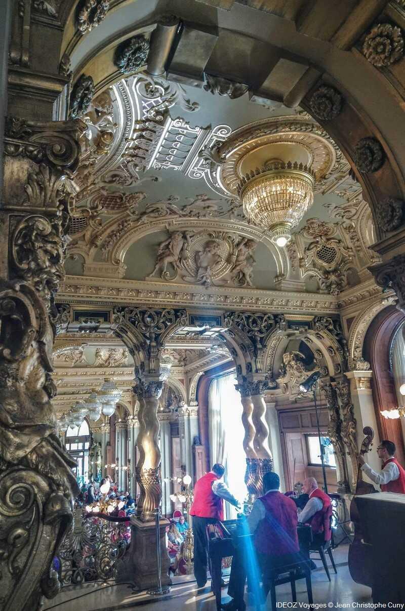 prendre un café en musique au café new york à budapest